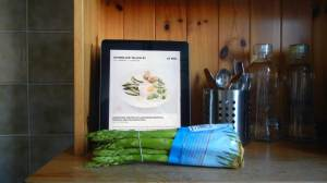 effilee-Ausgabe auf dem iPad steht im Küchenregal mit Spargel und Besteck