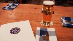 Bierglas, Serviette und Speisekarte im Fritz 101